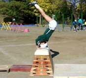 跳び箱を飛んでいる生徒