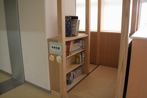 写真:廊下にある学年文庫