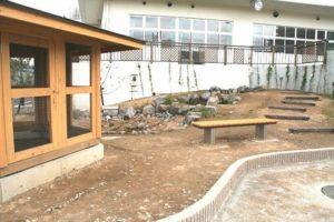 写真:飼育小屋と池