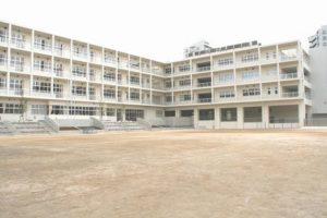 写真:校庭からみた校舎