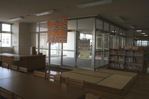 写真:図書室「貸出カウンター」
