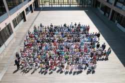 ウッドデッキで全校集合写真