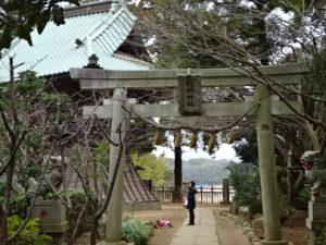 学校近くの飯綱神社