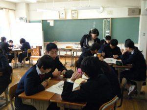 3年生が班内で情報交換しながら,宝島を脱出しようとしています。