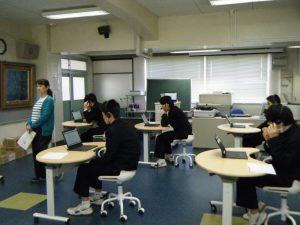 英語のテストを受けています。今年は初めてPCを使って行いました。