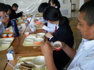 本日の給食には,納豆がでました。ご飯を山盛りおかわりしている生徒がたくさんいました。