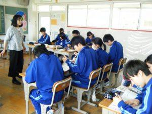 英語の学習に必死に取り組んでいます。