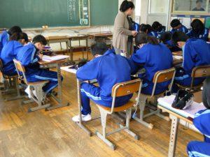 国語では授業の最初に行う漢字小テストを真剣に向き合っています。自分の実力を知り,伸ばすチャンス!