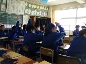 クイズ形式の先生に関する問題でみんないい顔で授業受けています!