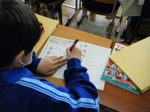 基本を学んでいますね!ABCの発音と書く練習をしています!