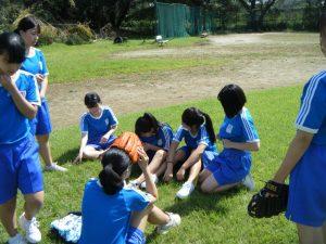 3年生の体育では,女子はソフトボールです!体育でも学び合いを考えています!!