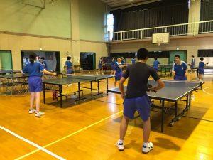 卓球部の練習では,1・2年生が混じってラリーを行っています。新チームになってさらにやる気がupしているようです。