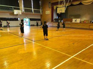 女子バスケットボール部の練習です。1年生もすっかり上達しているので,新人戦が楽しみです。