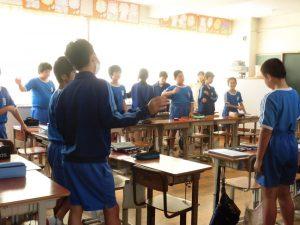 1年生の教室ではみんな起立しています。なんだろう?