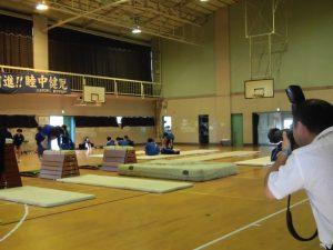 写真屋さんが授業風景を撮影しています。