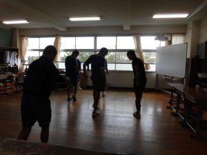 昼休み,教室で何かを踊っています。
