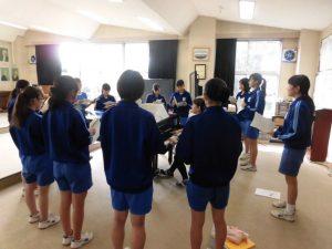 音楽室でソプラノの合唱の練習をしています。