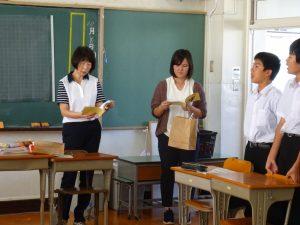 生徒からもらったメッセージを先生たちが読んでいます。