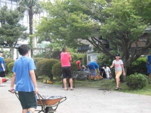 たくさんの人が集まって泥のかき出しや運び出しをしてくれました。2時間にわたる作業です。