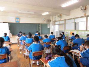 こちらは1年生の教室。先生も一緒に読書しています。