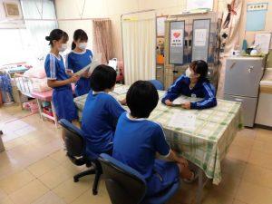 こちらは保健室。保健委員長が,内科検診の打ち合わせをしていました。