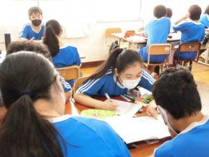 どうやって書くの~? このクラスも教えあいや助け合いがよく見られます。