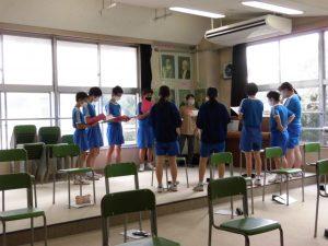 先生に教わりながら,少人数での合唱です。だいぶ音程を覚えた感じかな。