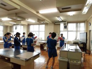 他の教室を使って,別のグループも練習中です。先生がいなくてもしっかり練習中。