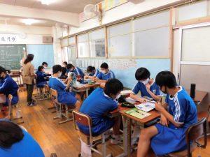 先生に教わったり,友達に訊いたり。にぎやかな中で勉強が進んでいました。