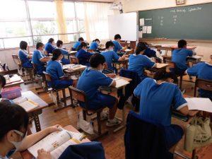 1年生の教室では英語の授業でリスニングをしていました。すごい集中!静かに撮りますね。