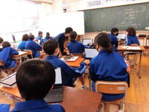 2年生の国語の授業です。2人でタブレットを使い,意見を書き留めます。