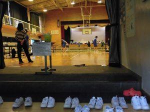 放課後の体育館におじゃましました。見てください!この靴の並びの美しさ!