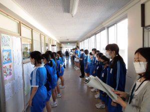 1年生も3年生も,パート別に教室や廊下を使って歌っています。