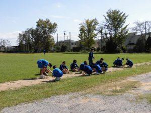 学校リーダーを中心に,各班ごとに校庭や池の周りなどの除草をしました。