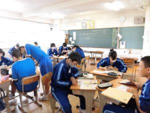 3年生の英語の授業です。グループで問題を解いています。