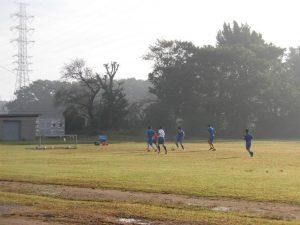 朝もやの中,サッカー部が練習をしていました。