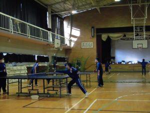 体育館では,女子バスケと卓球部が練習していました。卓球は2年生の練習日のようです。