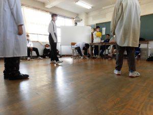 劇の練習も,かなり本格的ですね。衣装を身につけての練習です。