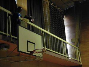 体育館の上の方では,照明をしてくれている人がいます。