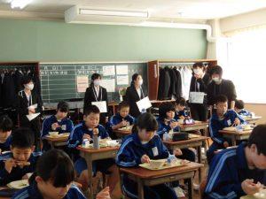各教室を回って,給食の配膳や,食べている様子を参観していました。