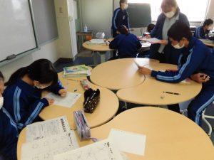 こちらは2年生の数学の授業。プリントを解いて先生に見てもらいます。みんな必死!