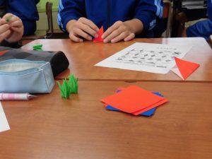 折り紙で千羽鶴を折っています。全学年一斉の活動でした。