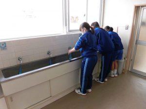 ご飯の前ですので,手を洗います。私たちには当然の事ですよ(笑)。