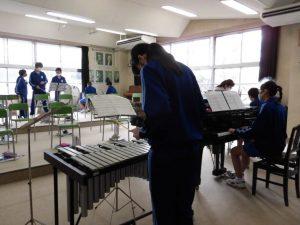 音楽室の中でも,学期ごとに分かれて練習をしていました。