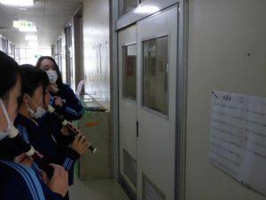 こちらは廊下の壁に譜面をつけて練習。