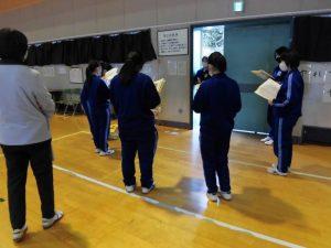 午後,3年生は体育館で歌の練習をしていました。