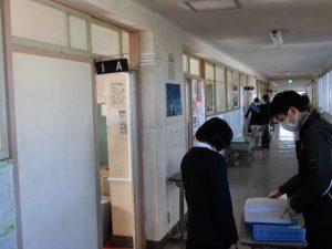1年生の廊下では,一人ひとりに通知票が配られています。
