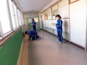 廊下で練習をしています。どんな内容なのでしょう?