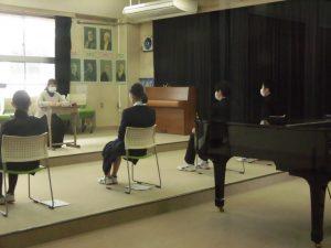 別の部屋では,集団面接の練習をしていました。