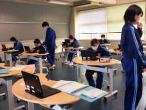 ICT教室では,タブレットで作業中。リーダーが見回ってお手伝いをしています。
